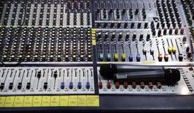 Opinión sobre mezclador de sonidos con los botones de regla Imagenes de archivo