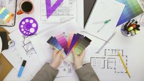 Sobre la opini?n superior la mujer del arquitecto que elige colores de la plataforma del color metrajes