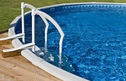 Sobre la piscina y la escala de tierra Imágenes de archivo libres de regalías