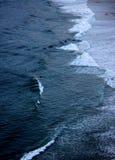 Sobre la playa que practica surf Foto de archivo
