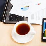 Sobre la taza de la visión de té, cartas y herramientas de la oficina imagenes de archivo