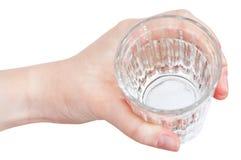 Sobre la vista de la mano que sostiene el agua clara en vidrio Foto de archivo libre de regalías