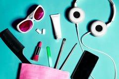 Sobre la vista de la materia del bolso de la mujer Sistema de cosméticos y de accesorios femeninos Herramientas del encanto y obj Fotos de archivo libres de regalías