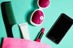 Sobre la vista de la materia del bolso de la mujer Sistema de cosméticos y de accesorios femeninos Herramientas del encanto y obj Imagen de archivo libre de regalías