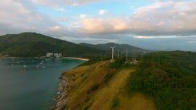 Sobre la vista de las turbinas de la energía eólica cerca del mar Imagen de archivo libre de regalías