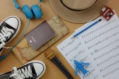 Sobre la vista de los accesorios a viajar y del fondo del concepto de la hoja de música Imagen de archivo libre de regalías