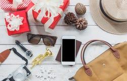 Sobre la vista de los artículos de la imagen a viajar con Feliz Navidad de las decoraciones Fotos de archivo libres de regalías