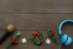 Sobre la vista de ornamentos y de la Feliz Año Nuevo de las decoraciones y de la Feliz Navidad Fotografía de archivo