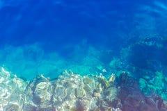 Sobre la vista del mar de la turquesa imagenes de archivo