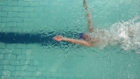 Sobre la vista del salto del nadador en piscina almacen de metraje de vídeo