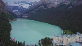 Sobre Lake Louise en el parque nacional de Banff, Alberta, Canadá metrajes