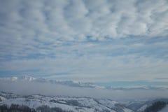 Sobre las montañas brumosas Foto de archivo libre de regalías