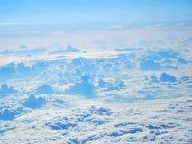 Sobre las nubes blancas Fotografía de archivo