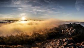 Sobre las nubes con el sol va abajo fotografía de archivo