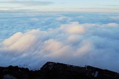 Sobre las nubes en Fujisan, el monte Fuji, Jap?n fotos de archivo libres de regalías