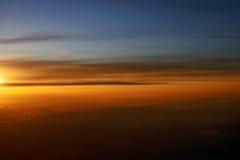 Sobre las nubes, puesta del sol Foto de archivo
