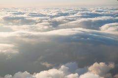 Sobre las nubes y el cielo azul fotografía de archivo