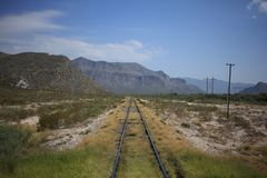 Sobre las vías del tren foto de archivo