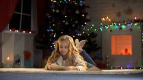 Sobre lindo de la tenencia de la muchacha con la letra para Papá Noel, creencia infantil en magia de Navidad imagen de archivo