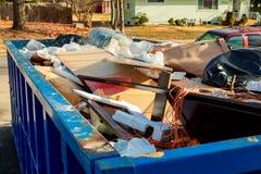 Sobre los contenedores que fluyen que son llenos con basura Fotografía de archivo