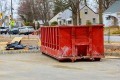 Sobre los contenedores que fluyen que son llenos con basura Imagen de archivo libre de regalías