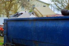 Sobre los contenedores que fluyen que son llenos con basura Foto de archivo libre de regalías