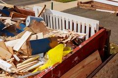 Sobre los contenedores que fluyen que son llenos con basura Fotos de archivo