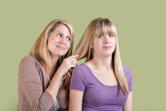 Sobre madre implicada con la hija enfadada Imagen de archivo