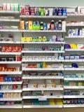 Sobre a medicina contrária na farmácia britânica imagens de stock royalty free