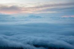 Sobre a nuvem no alvorecer Imagem de Stock