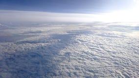 Sobre nuvens com céu azul acima imagem de stock
