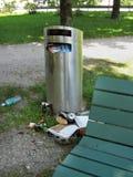 Sobre o balde do lixo completo no parque da cidade Imagens de Stock Royalty Free
