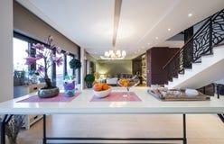 Sobre a opinião da tabela ao interior luxuoso do apartamento Foto de Stock