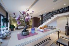 Sobre a opinião da tabela ao interior luxuoso do apartamento Imagens de Stock