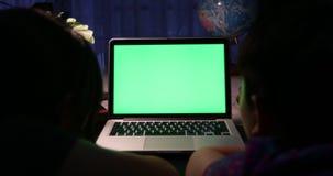 Sobre a opinião do ombro da datilografia e da observação no computador vídeos de arquivo