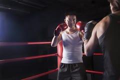 Sobre a opinião do ombro dois pugilistas masculinos que preparam-se à caixa no anel de encaixotamento no Pequim, China Imagem de Stock Royalty Free