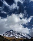 Sobre os montes e longe Fotos de Stock