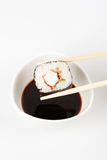 Sobre para poner makizushi delicioso Fotos de archivo libres de regalías