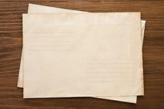 Sobre postal viejo en la madera Fotografía de archivo