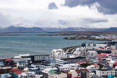 Sobre Reykjavik y la montaña Foto de archivo libre de regalías