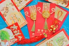 Sobre rojo chino de las decoraciones del Año Nuevo y lomo tradicional Foto de archivo libre de regalías