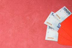 Sobre rojo chino del Año Nuevo con el dinero Fotos de archivo