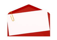 Sobre rojo con la invitación o la tarjeta de felicitaciones en blanco, cierre del cumpleaños para arriba, espacio de la copia Fotos de archivo