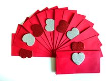 Sobre rojo con los corazones rojos y los corazones de plata Imagenes de archivo