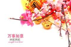 Sobre rojo, lingote Zapato-formado del oro (Yuan Bao) y Plum Flowers Fotografía de archivo libre de regalías