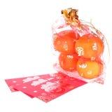 Sobre rojo y fruta anaranjada del Año Nuevo chino Fotos de archivo