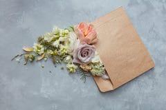 Sobre romántico con las flores foto de archivo libre de regalías