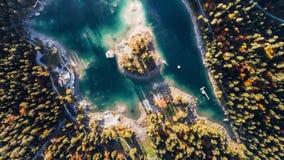 Sobre Sunny Autumn Forest Lake Mountains Caumasee Switzeland 4k aéreo almacen de video