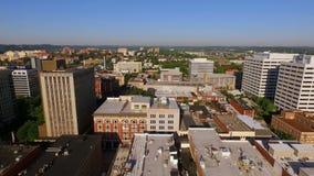 Sobre torre céntrica del sunsphere del horizonte de la ciudad de Knoxville Tennessee almacen de metraje de vídeo