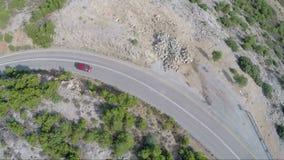 Sobre un coche que está moviendo encendido un camino de la montaña almacen de video